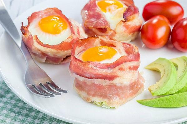 Завтрак для тех, кто считает калории: яйца в беконе